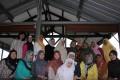 Pengurus Dharma Wanita dan Para Pegawai Wanita Berfoto Bersama Dalam Acara Perpisahan Pegawai Yang Dimutasi Ke Daerah Lain